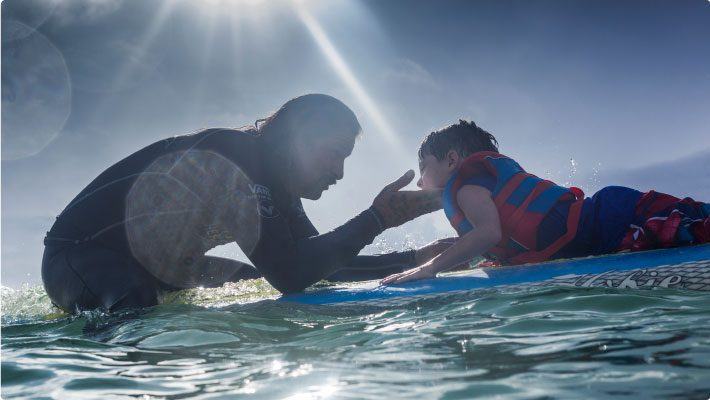 Surfing-in-the-ocean-for-surfers-healing